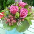 空色の器とバラ(ブリス)、ブラックベリーなど 7月中旬
