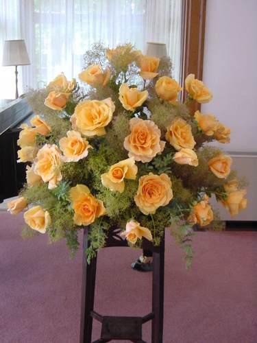 室内楽コンサートのスタンド花 バラ(マレーラ)、スモークツリーなど(横浜山手イギリス館にて) 5月下旬