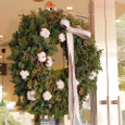 「Mカフェ ド チャヤ」アークヒルズアネックス店に飾るクリスマスリース 12月初旬
