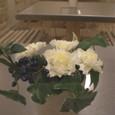 カフェ 「ル・ジャルダン・ドゥ・ジュリアン」 みなとみらい テーブル花15卓分 SPカーネーション、ビバーナムティナス、アイビー 11月中旬