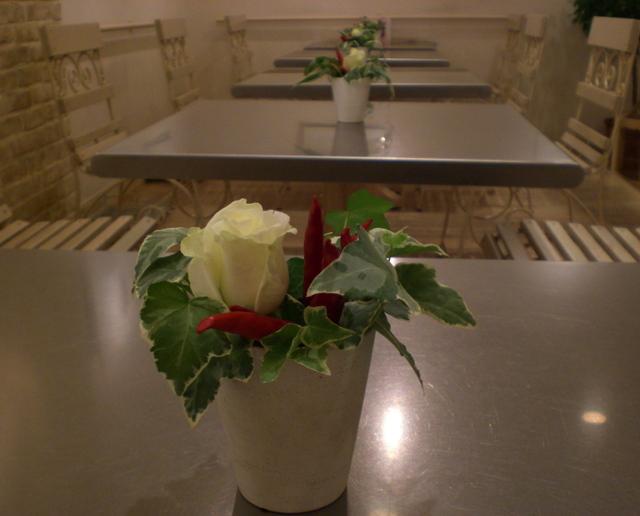 カフェ 「ル・ジャルダン・ドゥ・ジュリアン」 みなとみらい テーブル花15卓分 白バラ、トウガラシ、アイビー 10月下旬