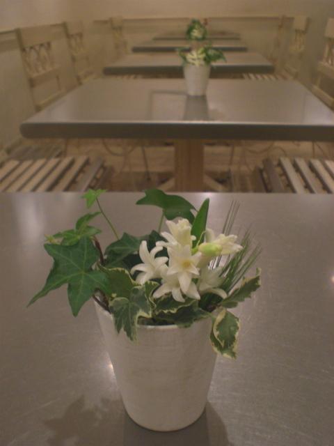 カフェ 「ル・ジャルダン・ドゥ・ジュリアン」 みなとみらい テーブル花15卓分 ヒヤシンス、ムギ、アイビー 1月中旬