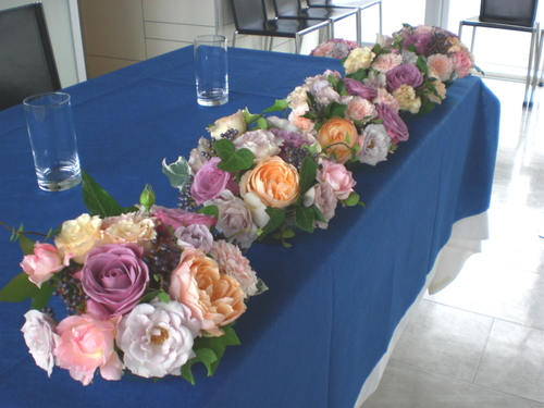 メインテーブル (ピンク〜ムラサキのバラで) 2009年8月