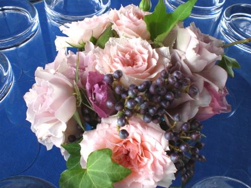 ゲストテーブル(ピンク、ムラサキのバラ、ビバーナム、アイビー)