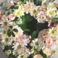 生花のリース、アプリコット系の色で 5月中旬
