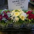 個展のお祝い花、三色のアレンジメントで 5月下旬