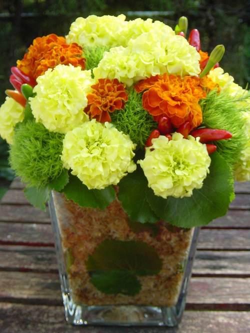 出産祝いに ガラスの花器に入れたアレンジメント 10月中旬