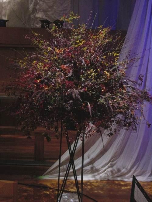 日野歌美さんライヴのステージ 紅葉の枝(五反田にて) 10月下旬