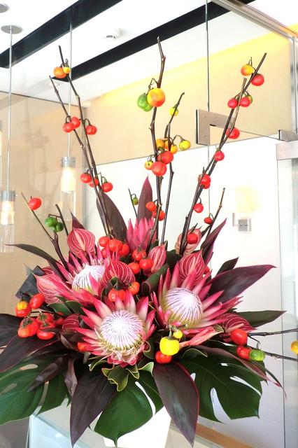 キングプロテア(赤)、アンセリウム、花ナスなどのアレンジメント